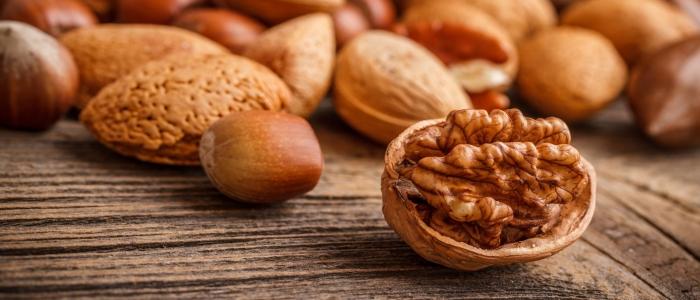 Фундук и грецкие орехи помогут устранить дефицит витамина В6