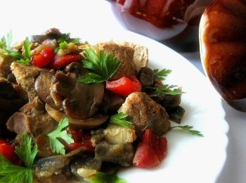 Мясное украшенное зеленью блюдо