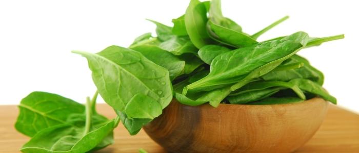 В листьях шпината содержится много витамина В9
