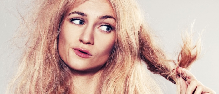 Блондинка с сильно секущимися из-за недостатка витаминов кончиками волос