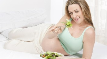 Зелень поможет увеличить запас фолиевой кислоты в организме беременной