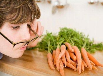 Поедание моркови способствует восполнению баланса витаминов, нужных для глаз