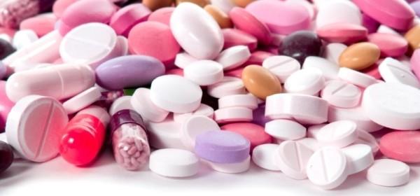 Куча разноцветных таблеток - иллюстрация к статье о препаратах и ценах фолиевой кислоты