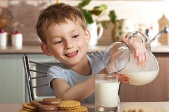 Молоко содержит необходимые для роста ребенка витамины